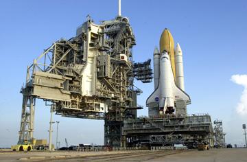 כן השיגור, כשמבנה השירות המסתובב שלו פתוח.